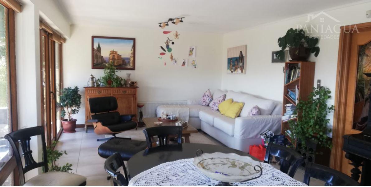 Casa de gran tamaño en venta, sector residencial en Viña del Mar alto.
